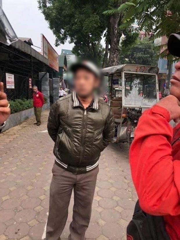 Hà Nội: Cụ ông 80 tuổi bị người đàn ông chạy xe ôm hành hung vì tranh giành địa bàn - Ảnh 2.