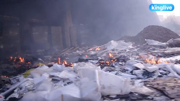 Clip: Đốt rác dưới chân cầu Sài Gòn, khói lửa mù mịt khiến người dân hoang mang - Ảnh 2.
