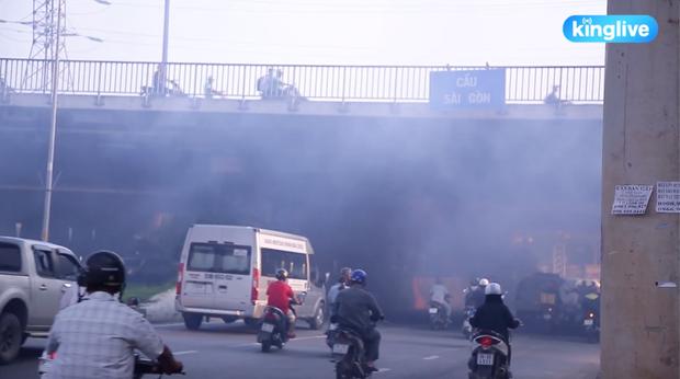 Clip: Đốt rác dưới chân cầu Sài Gòn, khói lửa mù mịt khiến người dân hoang mang - Ảnh 3.