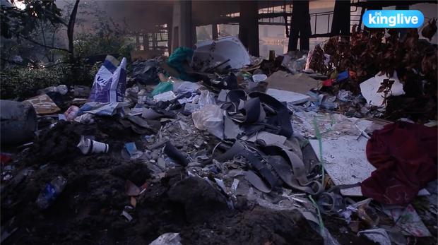 Clip: Đốt rác dưới chân cầu Sài Gòn, khói lửa mù mịt khiến người dân hoang mang - Ảnh 5.