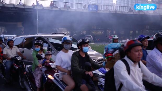 Clip: Đốt rác dưới chân cầu Sài Gòn, khói lửa mù mịt khiến người dân hoang mang - Ảnh 4.