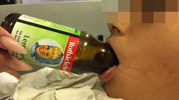 Bác sĩ nắm vững kỹ thuật... mở rượu vang không cần dụng cụ, chẳng ngờ có ngày cứu người nhờ nó - Ảnh 1.