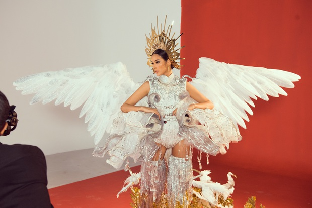 """Hoàng Thùy chật vật mặc trang phục """"cà phê phin"""" chuẩn bị cho Miss Universe - Ảnh 1."""