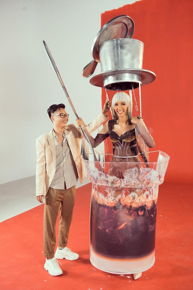"""Hoàng Thùy chật vật mặc trang phục """"cà phê phin"""" chuẩn bị cho Miss Universe - Ảnh 5."""