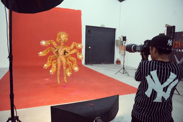 """Hoàng Thùy chật vật mặc trang phục """"cà phê phin"""" chuẩn bị cho Miss Universe - Ảnh 7."""