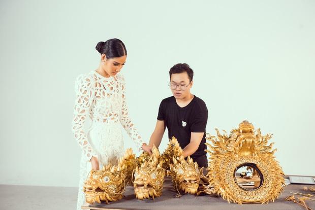 Netizen khi xem 3 trang phục dân tộc của Hoàng Thùy: Khác xa bản vẽ, Vùng đất chín rồng bị chê tan nát - Ảnh 11.