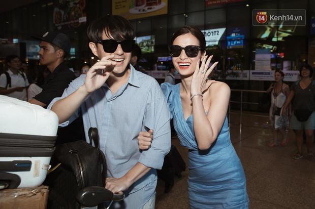 Vợ chồng son Đông Nhi và Ông Cao Thắng rạng rỡ khoe nhẫn cưới, tay trong tay đáp chuyến bay trở về sau hôn lễ thế kỷ tại Phú Quốc - Ảnh 3.