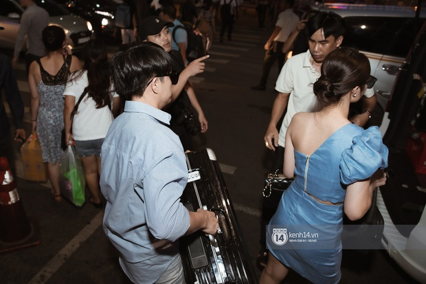 Vợ chồng son Đông Nhi và Ông Cao Thắng rạng rỡ khoe nhẫn cưới, tay trong tay đáp chuyến bay trở về sau hôn lễ thế kỷ tại Phú Quốc - Ảnh 9.