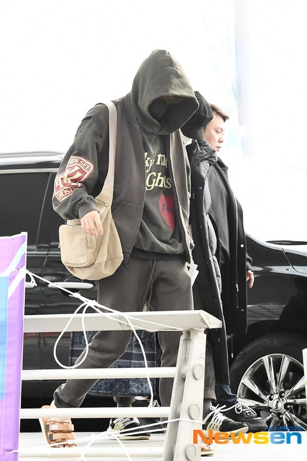 Jungkook lần đầu xuất hiện sau scandal gây tai nạn, Jin thẫn thờ cùng các thành viên BTS đổ bộ sân bay - Ảnh 3.