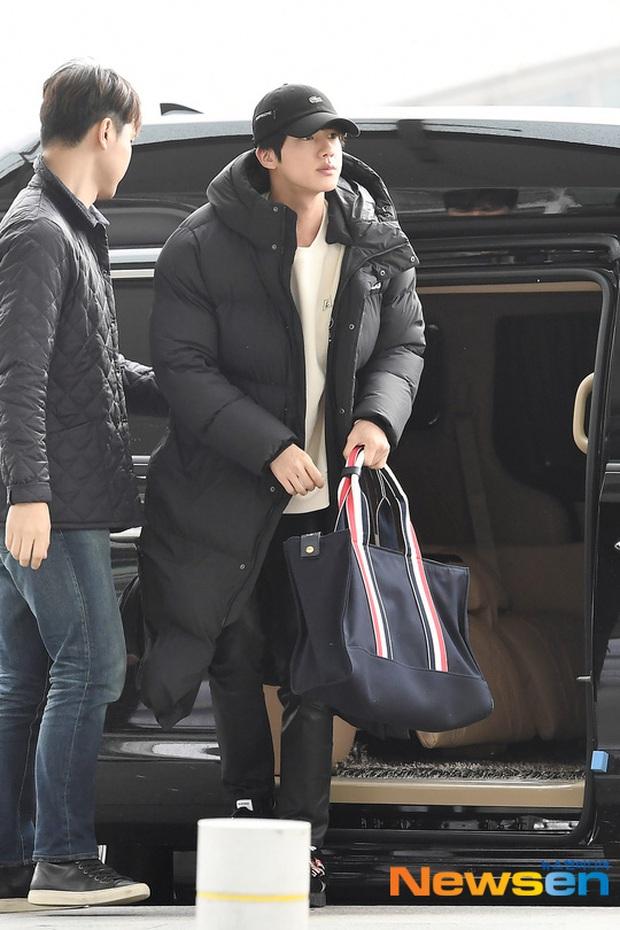 Jungkook lần đầu xuất hiện sau scandal gây tai nạn, Jin thẫn thờ cùng các thành viên BTS đổ bộ sân bay - Ảnh 7.