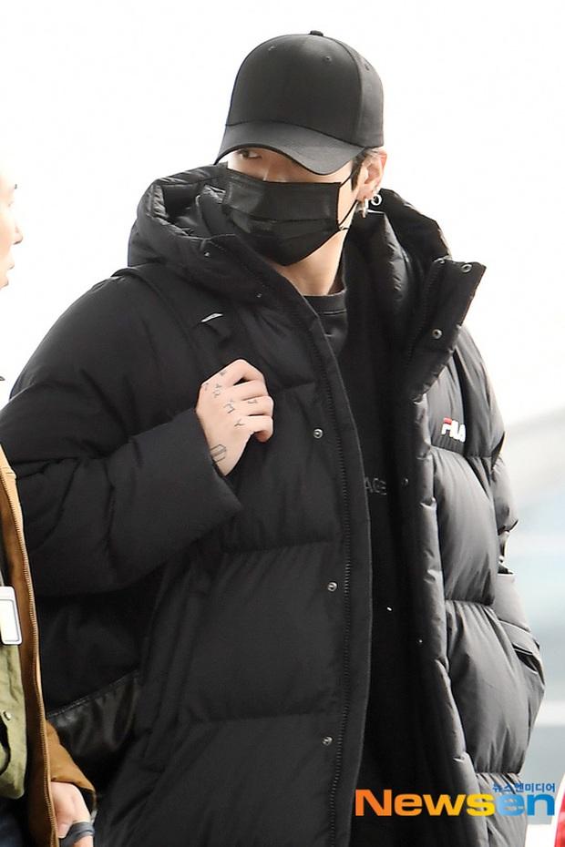 Jungkook lần đầu xuất hiện sau scandal gây tai nạn, Jin thẫn thờ cùng các thành viên BTS đổ bộ sân bay - Ảnh 12.
