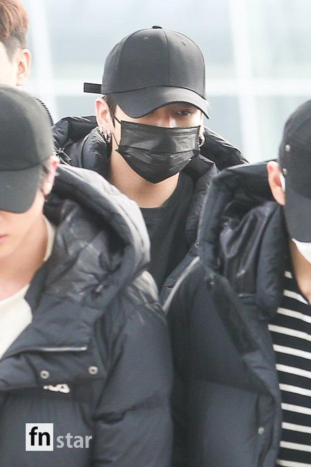 Jungkook lần đầu xuất hiện sau scandal gây tai nạn, Jin thẫn thờ cùng các thành viên BTS đổ bộ sân bay - Ảnh 11.