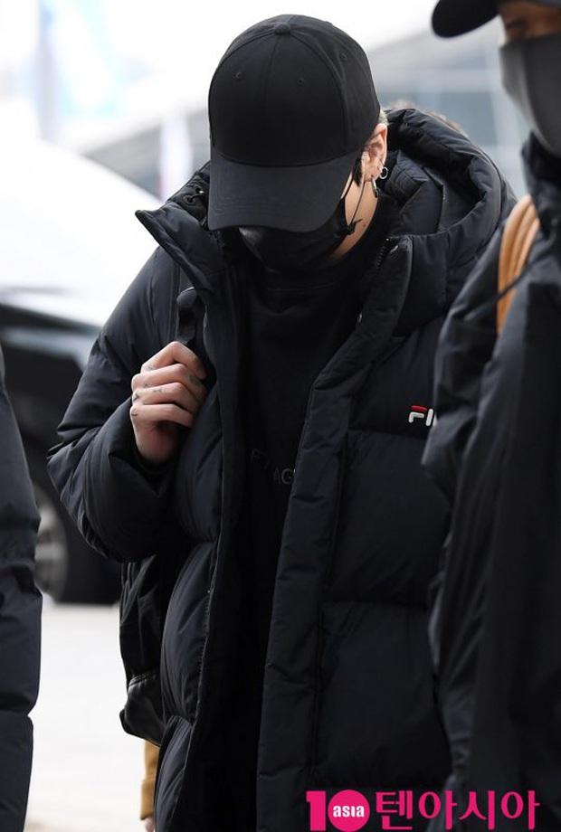 Jungkook lần đầu xuất hiện sau scandal gây tai nạn, Jin thẫn thờ cùng các thành viên BTS đổ bộ sân bay - Ảnh 10.