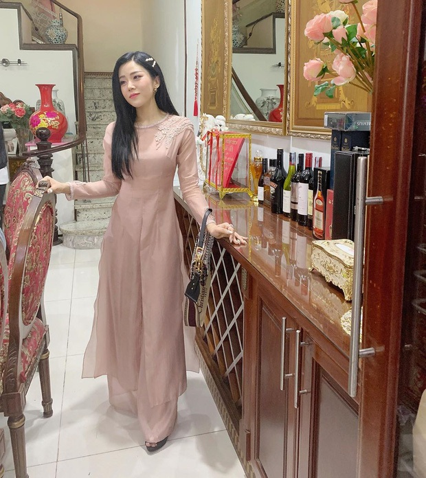 Em chồng Đông Nhi: Diện áo dài hồng ngọt ngào, tay xách túi hơn 100 triệu nhưng nhan sắc tuổi 30 mới là điều dân tình ngưỡng mộ nhất - Ảnh 1.