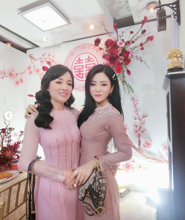 Em chồng Đông Nhi: Diện áo dài hồng ngọt ngào, tay xách túi hơn 100 triệu nhưng nhan sắc tuổi 30 mới là điều dân tình ngưỡng mộ nhất - Ảnh 2.