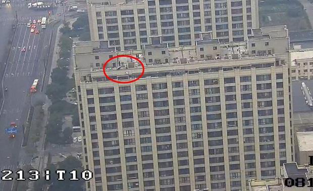 Cô gái trẻ cầm bó hoa hồng lên sân thượng tầng 30 tự tử sau chia tay khiến dân mạng vừa giận, vừa thương - Ảnh 1.