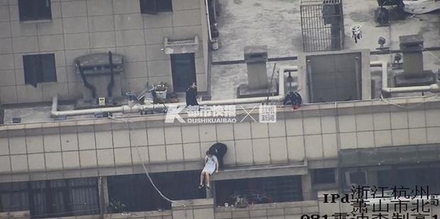 Cô gái trẻ cầm bó hoa hồng lên sân thượng tầng 30 tự tử sau chia tay khiến dân mạng vừa giận, vừa thương - Ảnh 2.