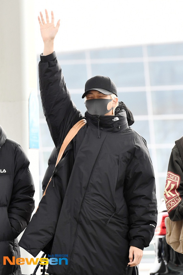 Jungkook lần đầu xuất hiện sau scandal gây tai nạn, Jin thẫn thờ cùng các thành viên BTS đổ bộ sân bay - Ảnh 15.