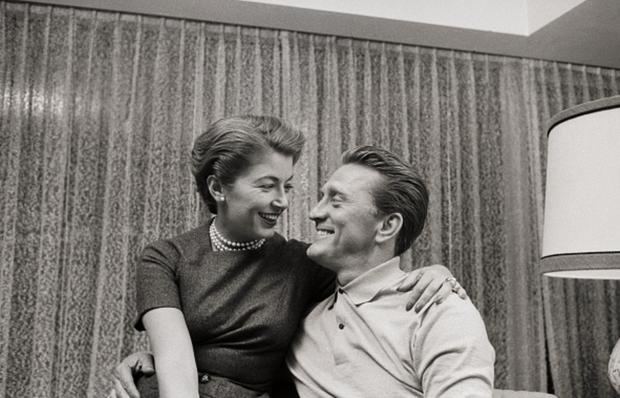 Tình yêu cổ tích của cặp đôi Hollywood: Ở bên nhau hơn 6 thập kỷ, đầu bạc răng long nhưng tình cảm chỉ càng thêm sâu đậm - Ảnh 2.