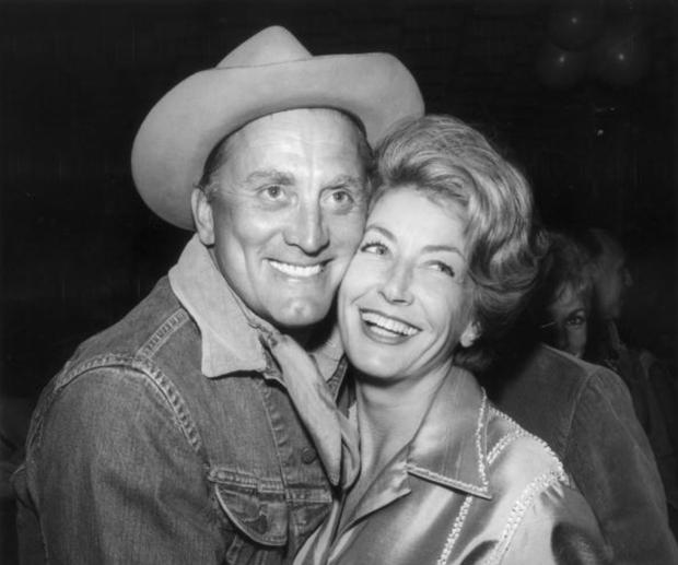 Tình yêu cổ tích của cặp đôi Hollywood: Ở bên nhau hơn 6 thập kỷ, đầu bạc răng long nhưng tình cảm chỉ càng thêm sâu đậm - Ảnh 4.