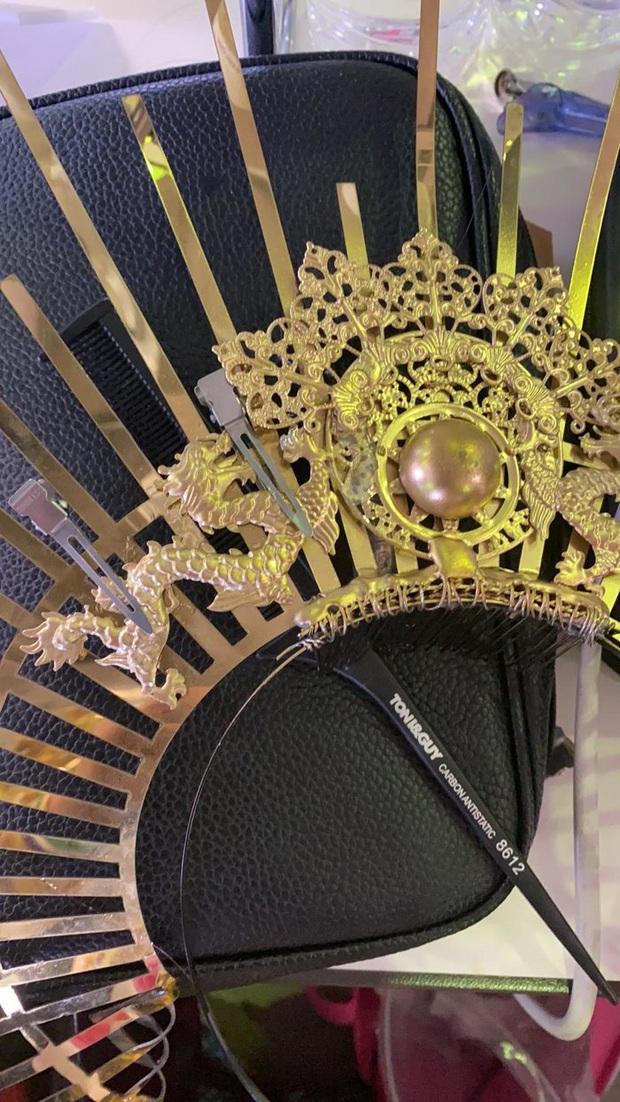 Trước giờ Chung kết Miss International, Tường San gặp sự cố gãy mấn áo dài trang phục dân tộc - Ảnh 1.