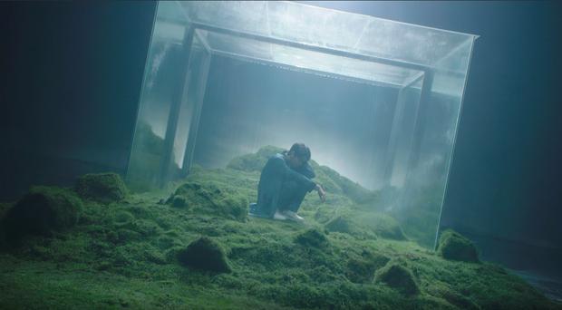 Noo Phước Thịnh bị bỏng toàn bộ khuôn mặt, cả người đầy thương tích trong MV Im Still Loving You - Ảnh 2.