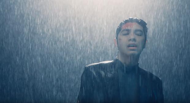 Noo Phước Thịnh bị bỏng toàn bộ khuôn mặt, cả người đầy thương tích trong MV Im Still Loving You - Ảnh 5.