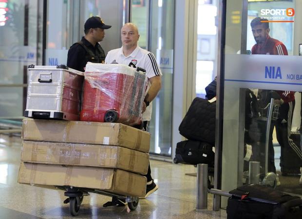 Đối thủ của tuyển Việt Nam đi chuyên cơ tới Hà Nội lúc nửa đêm, vừa xuống sân bay đã toả đi mua đồ - Ảnh 10.