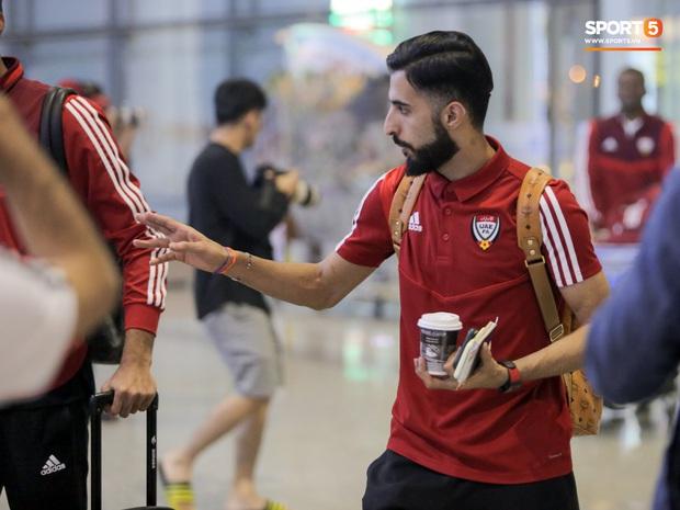Đối thủ của tuyển Việt Nam đi chuyên cơ tới Hà Nội lúc nửa đêm, vừa xuống sân bay đã toả đi mua đồ - Ảnh 5.