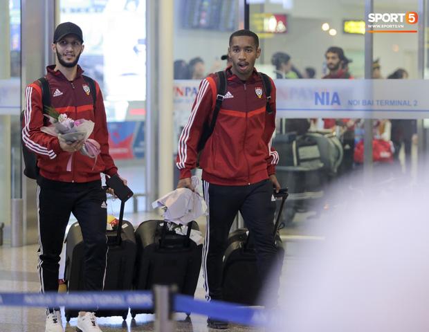 Đối thủ của tuyển Việt Nam đi chuyên cơ tới Hà Nội lúc nửa đêm, vừa xuống sân bay đã toả đi mua đồ - Ảnh 12.