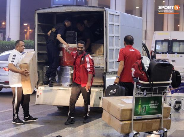 Đối thủ của tuyển Việt Nam đi chuyên cơ tới Hà Nội lúc nửa đêm, vừa xuống sân bay đã toả đi mua đồ - Ảnh 11.