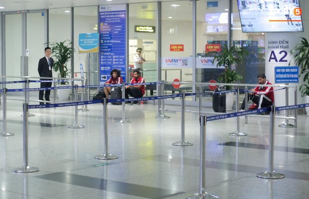 Đối thủ của tuyển Việt Nam đi chuyên cơ tới Hà Nội lúc nửa đêm, vừa xuống sân bay đã toả đi mua đồ - Ảnh 2.