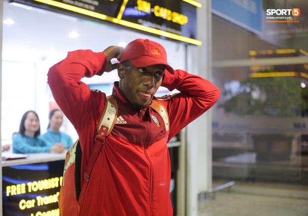 Đối thủ của tuyển Việt Nam đi chuyên cơ tới Hà Nội lúc nửa đêm, vừa xuống sân bay đã toả đi mua đồ - Ảnh 7.