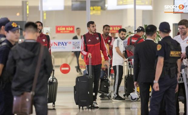 Đối thủ của tuyển Việt Nam đi chuyên cơ tới Hà Nội lúc nửa đêm, vừa xuống sân bay đã toả đi mua đồ - Ảnh 1.