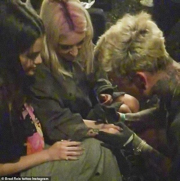 Selena Gomez công khai khóa môi và xăm hình đôi với cô bạn thân, netizen dậy sóng: Chị đẹp đã đổi gu? - Ảnh 4.