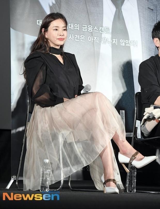 Tranh cãi Hoa hậu Hàn đẹp nhất thế giới Honey Lee diện váy xuyên thấu mặc như không, dáng ngồi hớ hênh ở sự kiện - Ảnh 1.