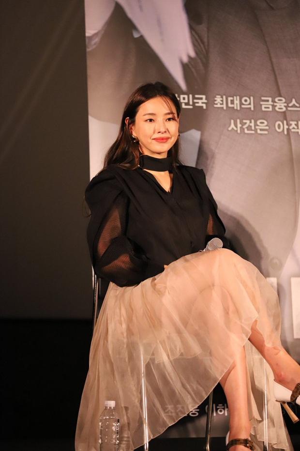 Tranh cãi Hoa hậu Hàn đẹp nhất thế giới Honey Lee diện váy xuyên thấu mặc như không, dáng ngồi hớ hênh ở sự kiện - Ảnh 3.