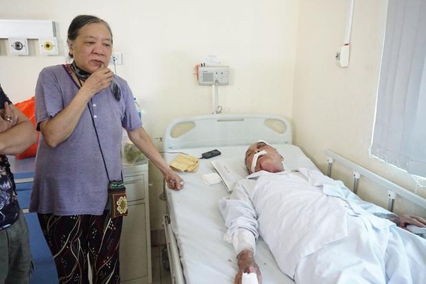 """Vụ cụ ông 80 tuổi bị tài xế xe ôm hành hung nhập viện: """"Đánh chồng tôi như vậy là không chấp nhận được nhưng bắt tù tội anh ta cũng khổ"""" - Ảnh 1."""