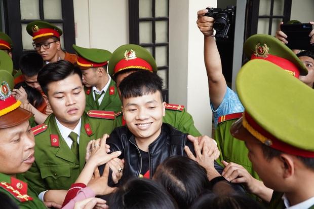 Ngán ngẩm, khó hiểu cảnh nhiều bạn trẻ mặc đồng phục học sinh ùn ùn kéo đến phiên tòa vẫy tay chào thần tượng Khá Bảnh?! - Ảnh 9.