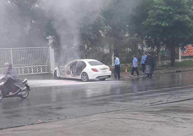Hà Nội: Xế sang Mercedes bốc cháy dữ dội bên đường, cảnh sát đến dập lửa nhưng không thấy chủ nhân đâu - Ảnh 1.