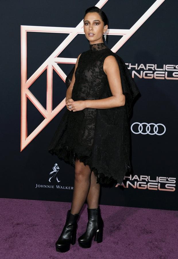 Thảm đỏ Thiên thần của Charlie: Kristen Stewart khoe chân dài mãn nhãn, bị mỹ nhân đàn em kém 6 tuổi lộng lẫy lấn át - Ảnh 12.