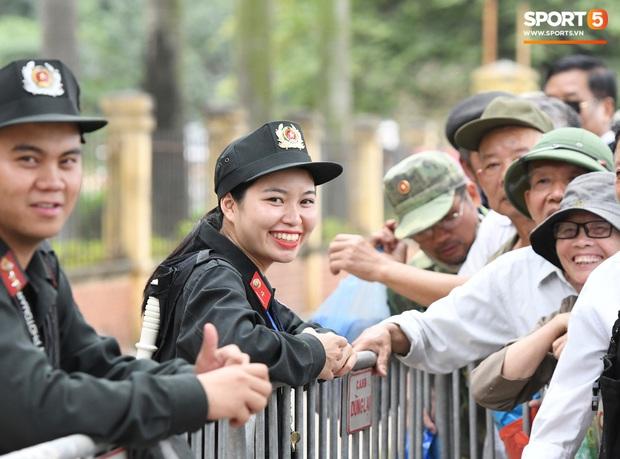 Thương binh nóng ruột, xô đổ hàng rào an ninh khi được thông báo đã hết suất mua vé trận Việt Nam vs UAE - Ảnh 2.