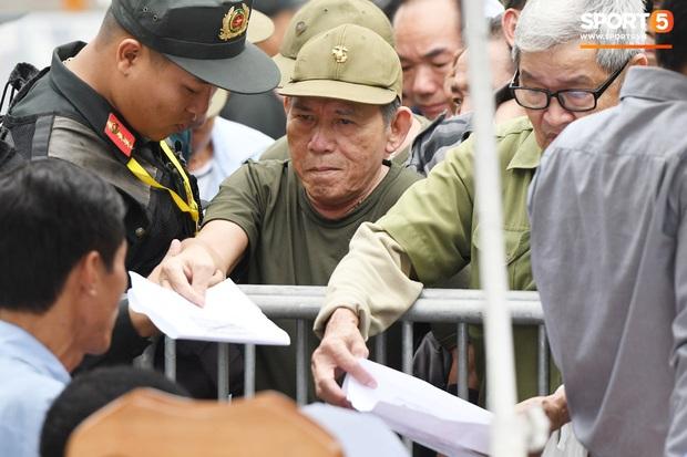 Thương binh nóng ruột, xô đổ hàng rào an ninh khi được thông báo đã hết suất mua vé trận Việt Nam vs UAE - Ảnh 6.