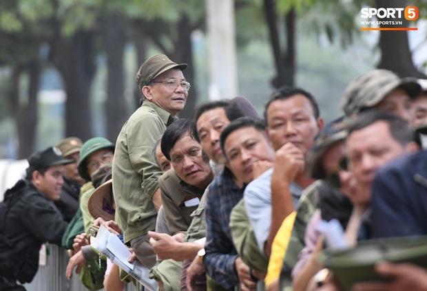 Thương binh nóng ruột, xô đổ hàng rào an ninh khi được thông báo đã hết suất mua vé trận Việt Nam vs UAE - Ảnh 1.