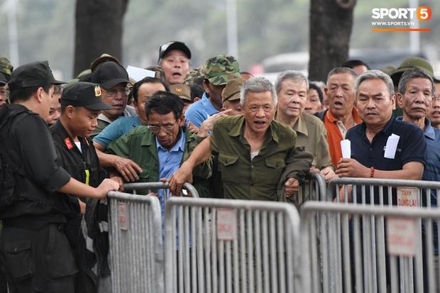 Thương binh nóng ruột, xô đổ hàng rào an ninh khi được thông báo đã hết suất mua vé trận Việt Nam vs UAE - Ảnh 5.