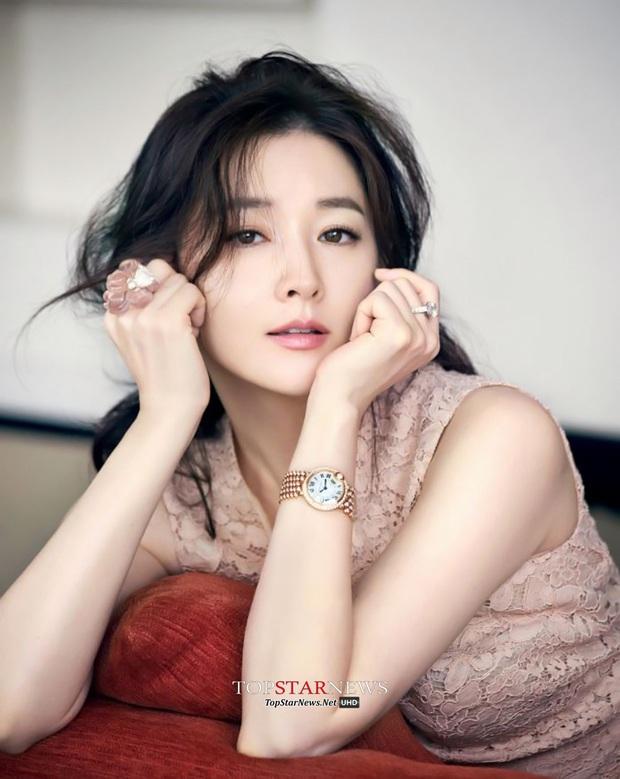Ai ngờ nàng Dae Jang Geum Lee Young Ae cũng là ARMY cuồng nhiệt: Đi concert BTS và còn ở ngay gần - Ảnh 2.