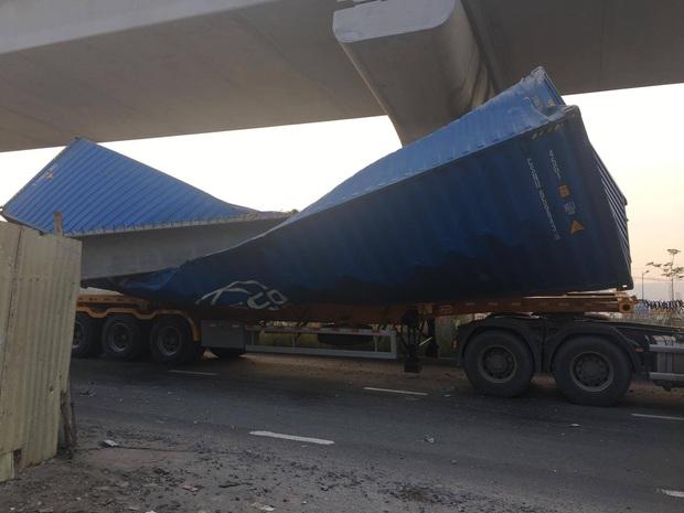 Xe container kéo sập dầm bê tông của công trình hầm chui xa lộ Hà Nội, giao thông ùn ứ kéo dài - Ảnh 1.