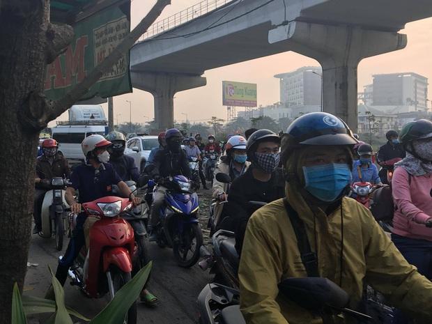 Xe container kéo sập dầm bê tông của công trình hầm chui xa lộ Hà Nội, giao thông ùn ứ kéo dài - Ảnh 2.