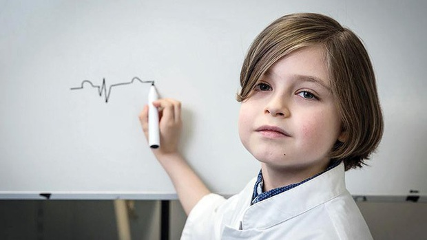 Cậu bé 9 tuổi trở thành người trẻ nhất trên thế giới tốt nghiệp đại học - Ảnh 1.