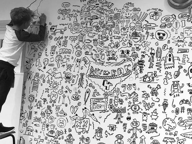 Cậu bé 10 tuổi chuyên vẽ bậy vào sách giáo khoa được nhà hàng có tiếng mời về trang trí cả một bức tường siêu to khổng lồ - Ảnh 1.
